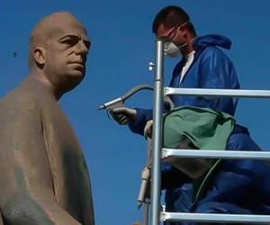 Cleaning of bronze statues
